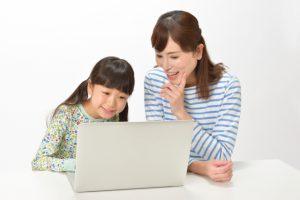 親子でパソコンを見る